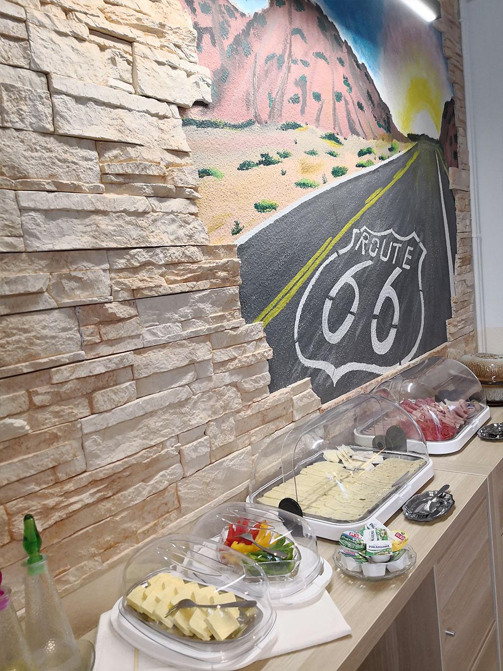 Frühstücksbuffet mit Käseaufschnitt