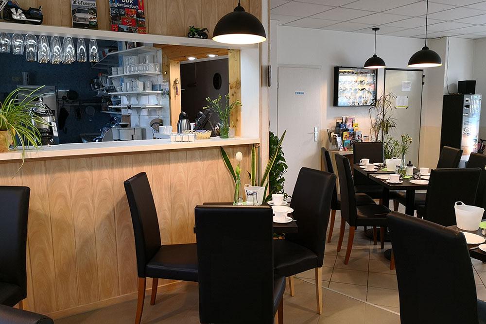 Frühstücksraum mit Stühlen und Tischen