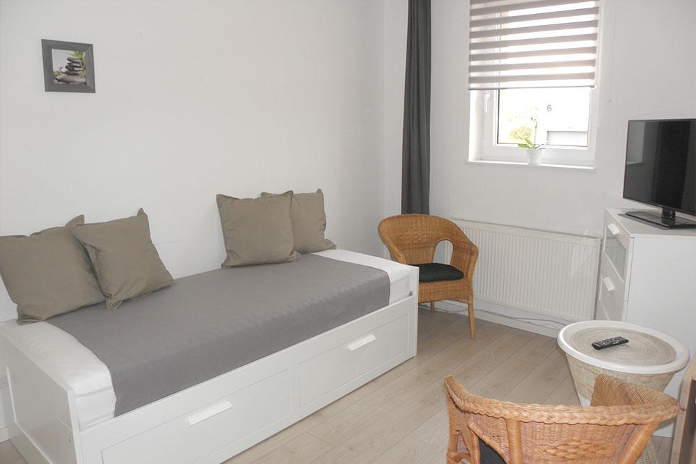 Zimmer mit schmalem Bett