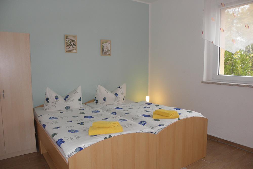 Freundliches Zimmer mit Doppelbett