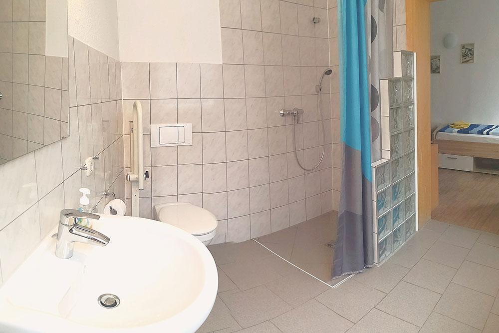 Bad mit begehbarer Dusche und WC
