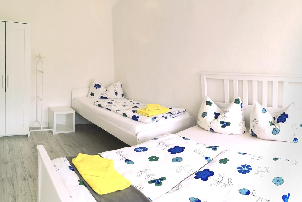 Zimmer mit Doppel- und Einzelbett
